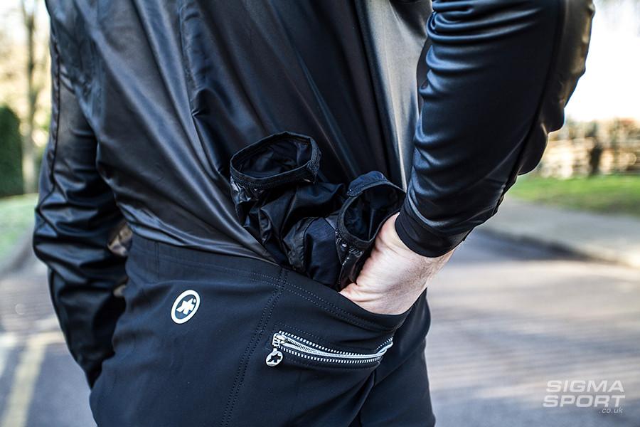 ASSOS SJ Blitzfeder Evo7 Wind Jacket Packing Away